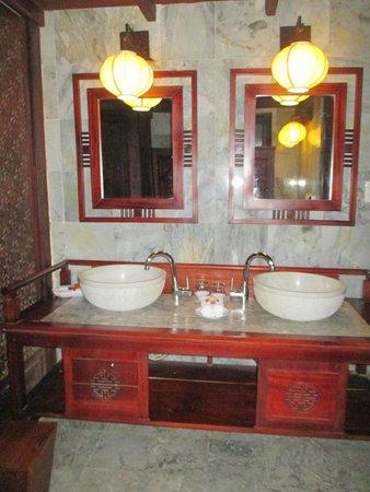Vinh Hung Heritage Hotel: grande salle de bain en 2 parties