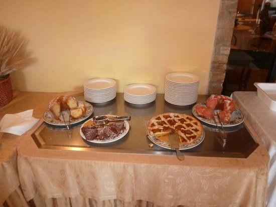 Relais San Clemente: Many cakes at breakfast buffet