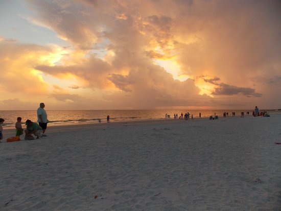 Howard Johnson Resort Hotel - ST. Pete Beach FL : Sunset at the HOJO beach!