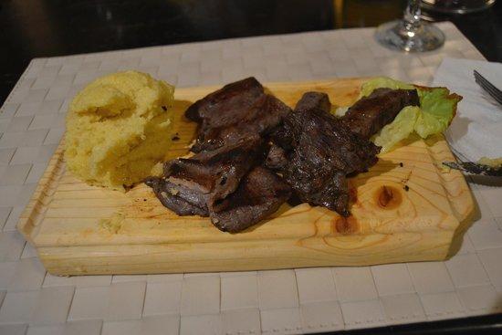 La Ceaunu' Crăpat: carne alla griglia con mamaliga