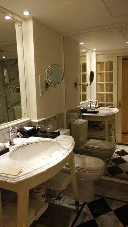 The Kingsbury: Bathroom
