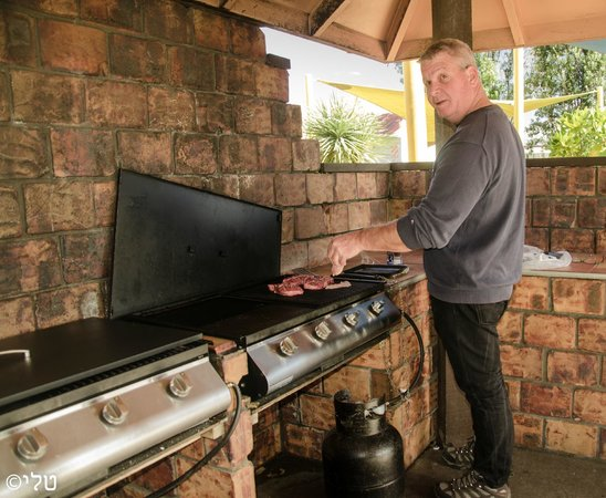 Wellington Top 10 Holiday Park: BBQ in the camp