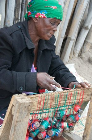 Sabi Sabi Bush Lodge : lady showing weaving techniques in the village