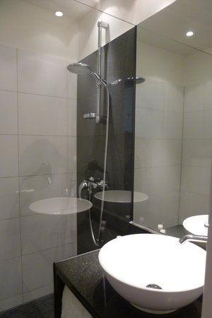 Motel One Muenchen-Sendl. Tor: bathroom