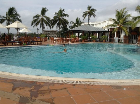 Mount Lavinia Hotel : Pool on a cloudy day