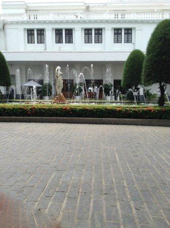 Mount Lavinia Hotel : Hotel Front