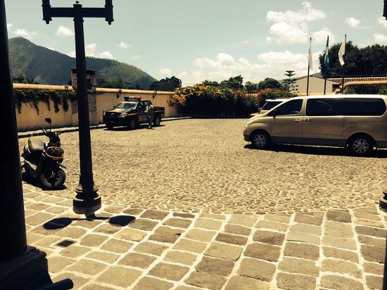 Camino Real Antigua: Head of Security pointing me out to police