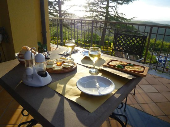 Villa Sant'Uberto Country Inn : Snacks for dinner with sunset view
