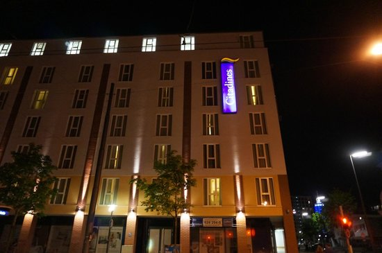 Citadines Arnulfpark Munich: Hotel front at night