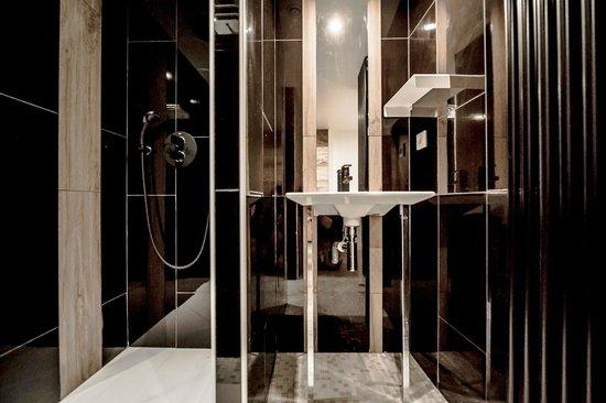 Rock Noir : salle de douche suite