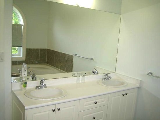 Clinton and Bloor B&B: Cathedral Suite bathroom