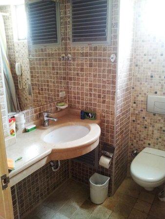 Mersoy Exclusive Aqua Resort: Раковина в ванной комнате