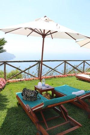 Palazzo Avino: pool lounge chairs are plentiful.