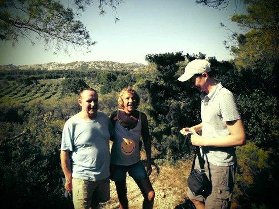 Le Mas de La Tapi: l'oliveraie du mas de la tapi vue du haut de la colline du devenson