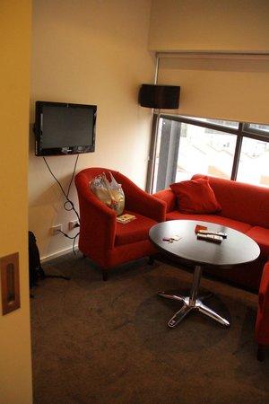 City Edge on Elizabeth Apartment Hotel: Sofa