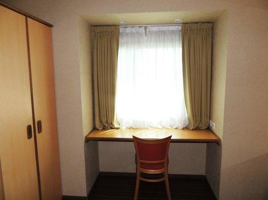 Hotel Aeroparque Inn & Suites: Escritorio junto a la ventana. Punto a favor