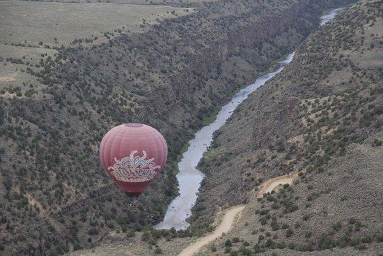 Pueblo Balloons : L'altra mongolfiera in volo nel canyon