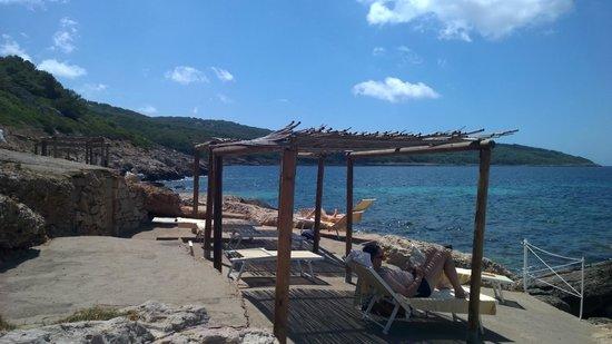 El Faro Hotel: Paillasses privées en bord de mer.