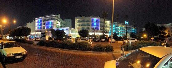 Blue Bay Platinum Hotel: Вид на отель со стороны дороги