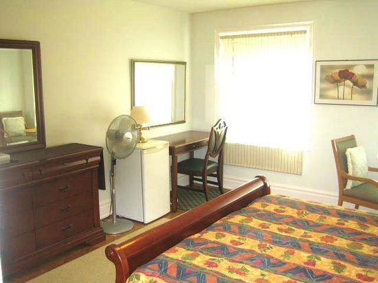 A Suite Dreams Toronto B&B: Sunset Suite dresser, fan,  fridge, writing desk