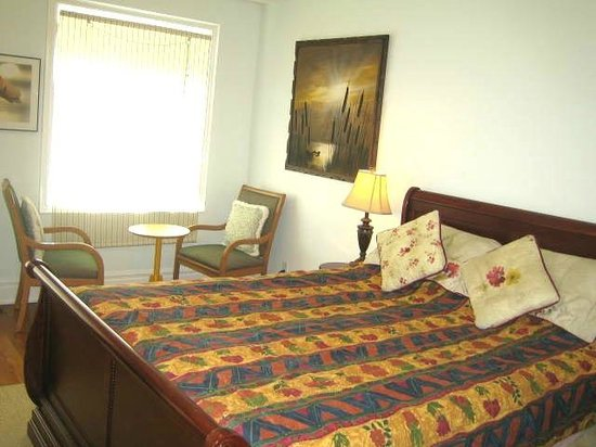 A Suite Dreams Toronto B&B: Sunset Suite with summer comforter