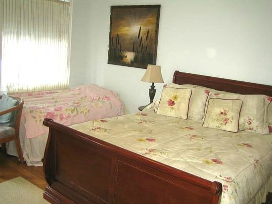 Clinton and Bloor B&B: Sunset Suite with winter comforter