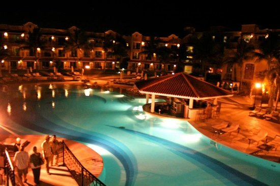 Secrets Capri Riviera Cancun: Pool bar at night