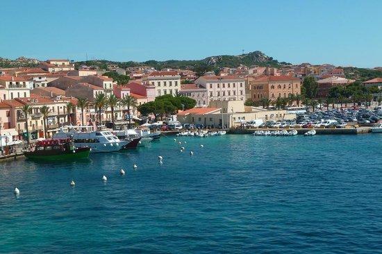 Traghetti Delcomar: Arrivée au port de La Maddalena
