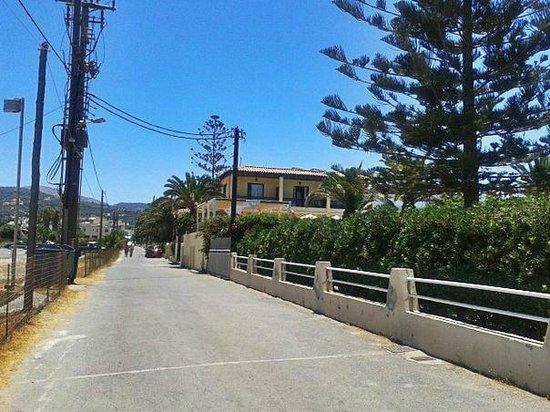 Creta Residence : вид на гостиницу, по пути с пляжа