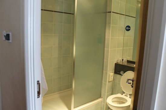 Holiday Inn Express Bradford City Centre : large, clean bathroom