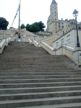 Au pied de l'escalier monumental