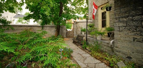 Frontenac Club Inn: King Street courtyard