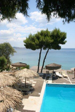 Hotel King Saron : Vue piscine et mer