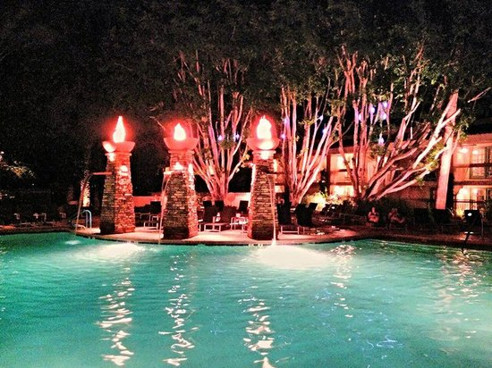 FireSky Resort & Spa - a Kimpton Hotel: Night time