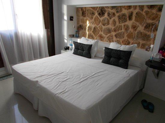 Ca'n Simo : gemütliches Bett, noch in gemachtem Zustand :)