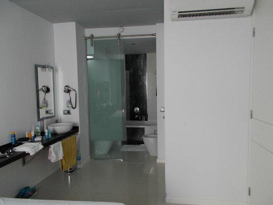 Ca'n Simo : Waschbereich und abgetrenntes Bad mit Whirlpoolwanne Dusche, Toilette und Bidet