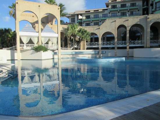 Melia Las Americas: Imnumerables piscinas todas muy comodas y bellas