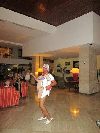 Melia Las Americas: Julito Burgois Gallardo, modelando vestidos de playa.-