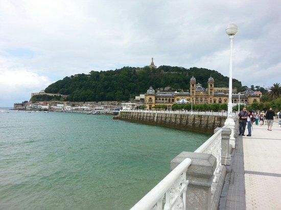 Playa de La Concha: La Concha hacia el puerto y el ayuntamiento