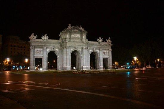 Puerta de Alcalá: Noturna