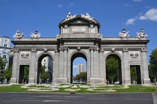 Puerta de Alcalá: Diurna