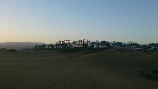 Hotel Riu Palace Maspalomas : The hotel from the dunes in the evening