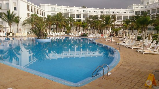 Hotel Riu Palace Maspalomas : Overcast morning but reached high 20s by 10am!! This is the back of the hotel