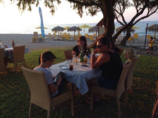 Kyano Beach Restaurant: Buiten eten aan het strand
