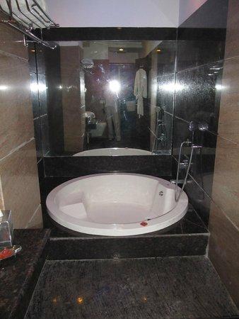 HK Clarks Inn: bath