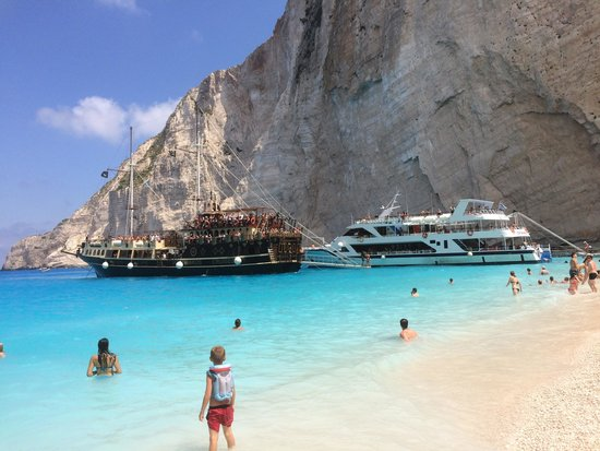 Plage de Navagio : stunning beach with lots of visitors