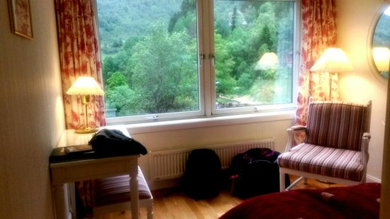Stalheim Hotel: Love the huge windows that open (No screens - Not for little children!)