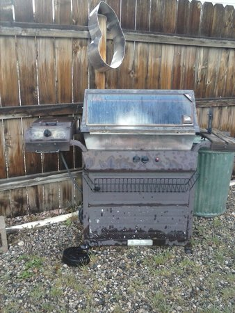 American Classic Inn: outdated grill area
