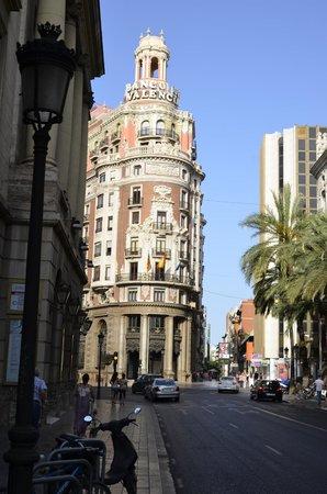 Petit Palace Plaza de la Reina: Om de hoek