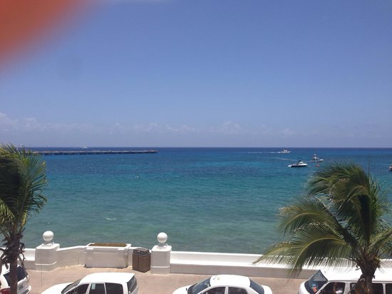 Casa Mexicana Cozumel: View from the pool side lounge chairs